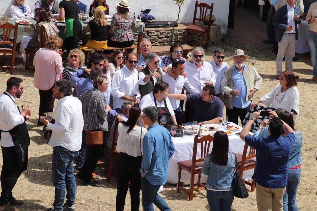 Mikel Zeberio, crítico gastronómico de Deia, rodeado de académicos y amigos